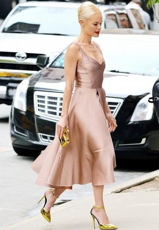 Come indossare: vestito svasato di raso rosa, décolleté in pelle dorati, pochette dorata