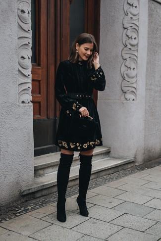 Come indossare e abbinare: vestito svasato di velluto ricamato nero, stivali sopra il ginocchio in pelle scamosciata neri, orecchini dorati