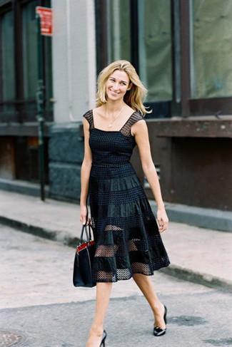 Metti in luce il tuo lato sofisticato in un vestito svasato in rete a pois nero. Un paio di décolleté in pelle neri si abbina alla perfezione a una grande varietà di outfit.