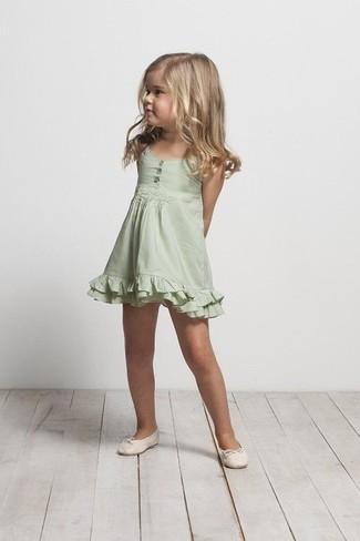 Come indossare e abbinare: vestito verde, ballerine beige
