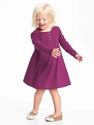 Come indossare e abbinare: vestito viola melanzana, ballerine marrone chiaro