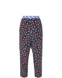 Pantaloni stretti in fondo a fiori neri