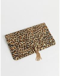 Pochette in pelle scamosciata leopardata marrone chiaro di ASOS DESIGN