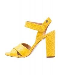 Sandali con tacco in pelle stampati gialli di Moschino