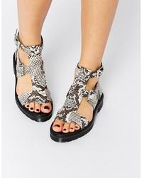 Sandali gladiatore in pelle con stampa serpente grigi di Asos