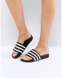 Sandali piatti di gomma a righe orizzontali neri di adidas Originals