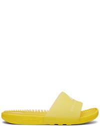 Sandali piatti di gomma gialli
