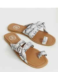 Sandali piatti in pelle con stampa serpente grigi di Missguided