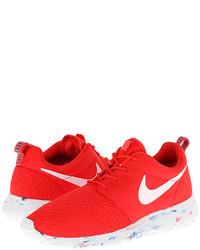 Scarpe sportive rosse e bianche