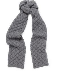 Sciarpa lavorata a maglia grigia