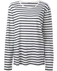 Prova ad abbinare una minigonna in pelle nera con una t-shirt a maniche lunghe per un look raffinato.