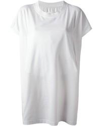 Abbina una minigonna in pelle nera con una t-shirt girocollo per un look spensierato e alla moda.