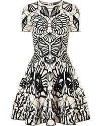 Vestito a pieghe stampato bianco e nero di Alexander McQueen